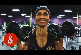 80 ans et pourtant cette femme a un corps d'athlète!